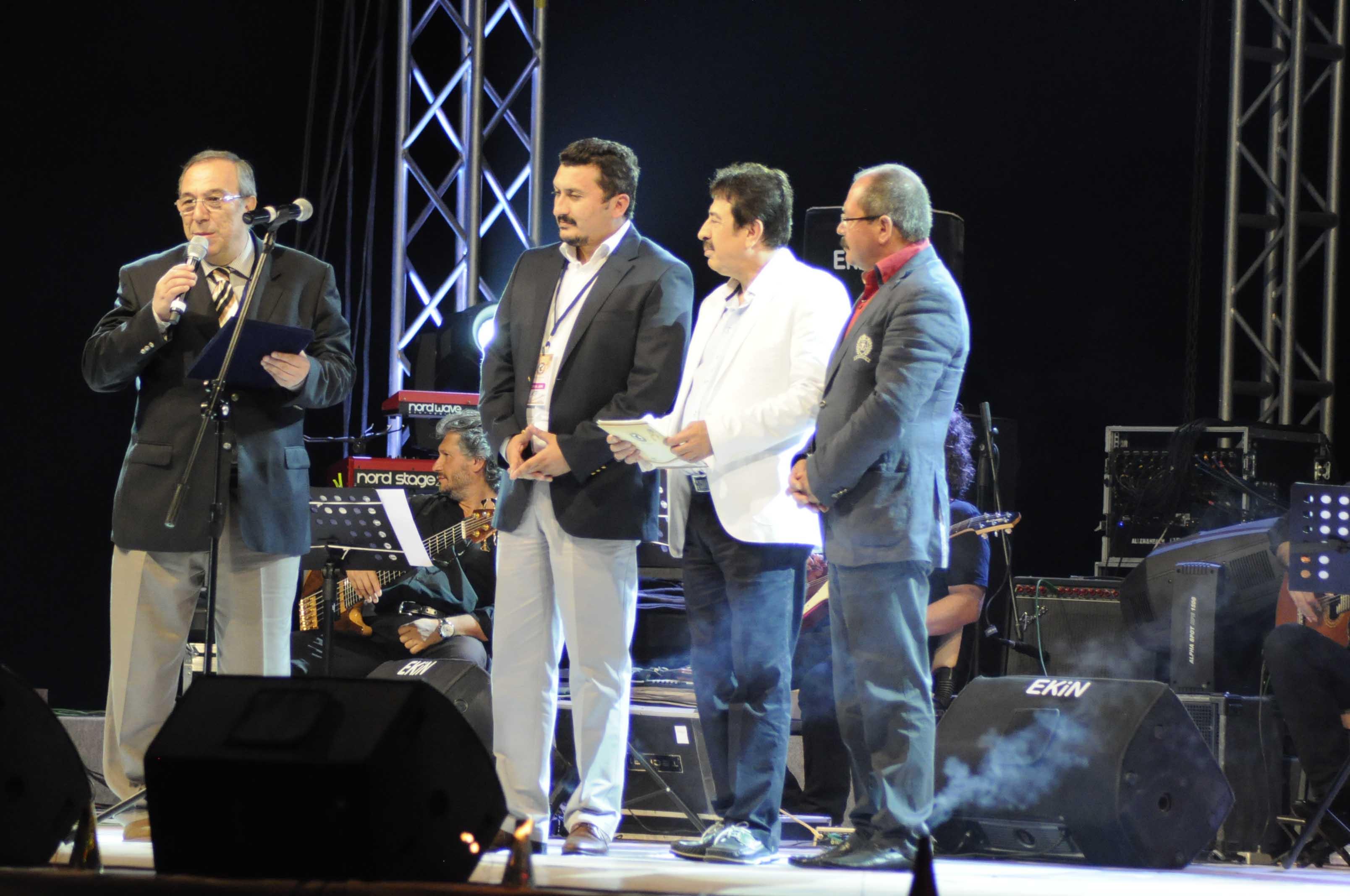 Ali Rıza Türker'e ömür boyu başarı ödülü verilirken.Kuşadası 22/06/2012